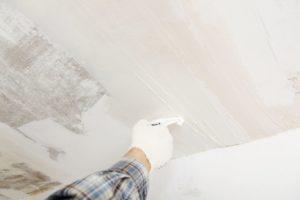 Подготовка потолка для поклейки обоев или покраски